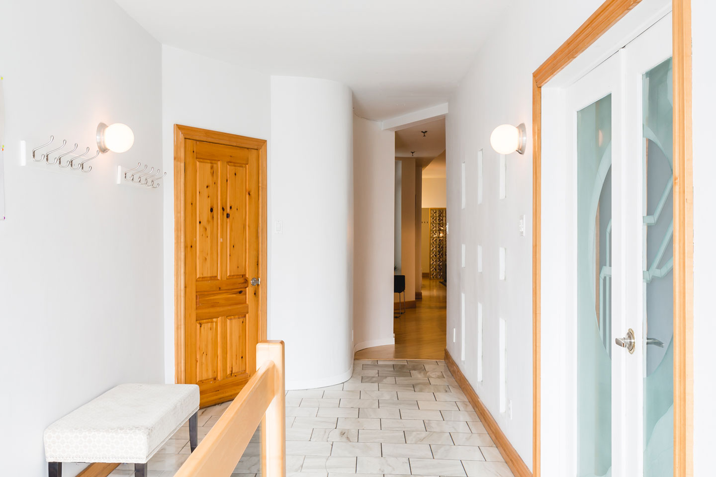 City chalet: spacious entry hall