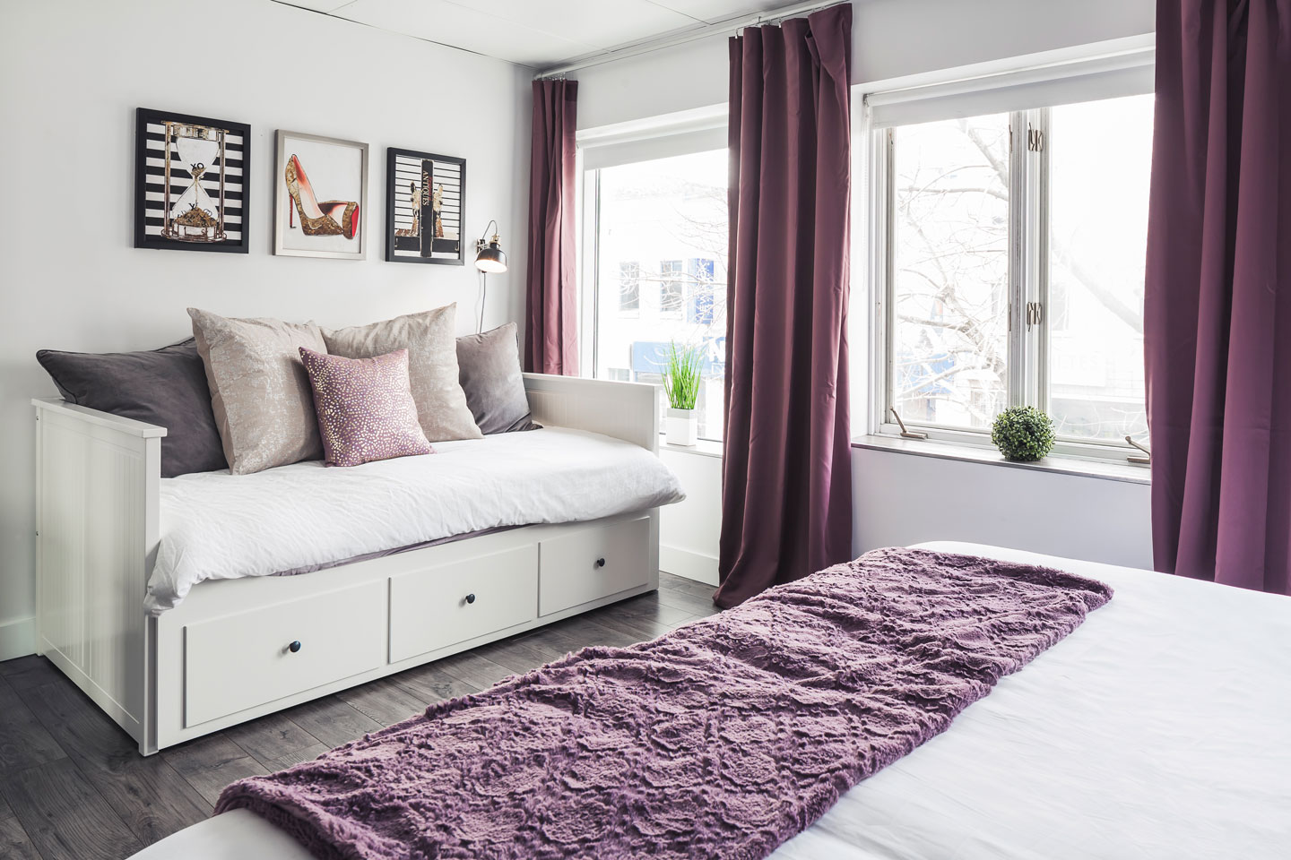 Entertainer: bedroom with convertible king bed (closed)