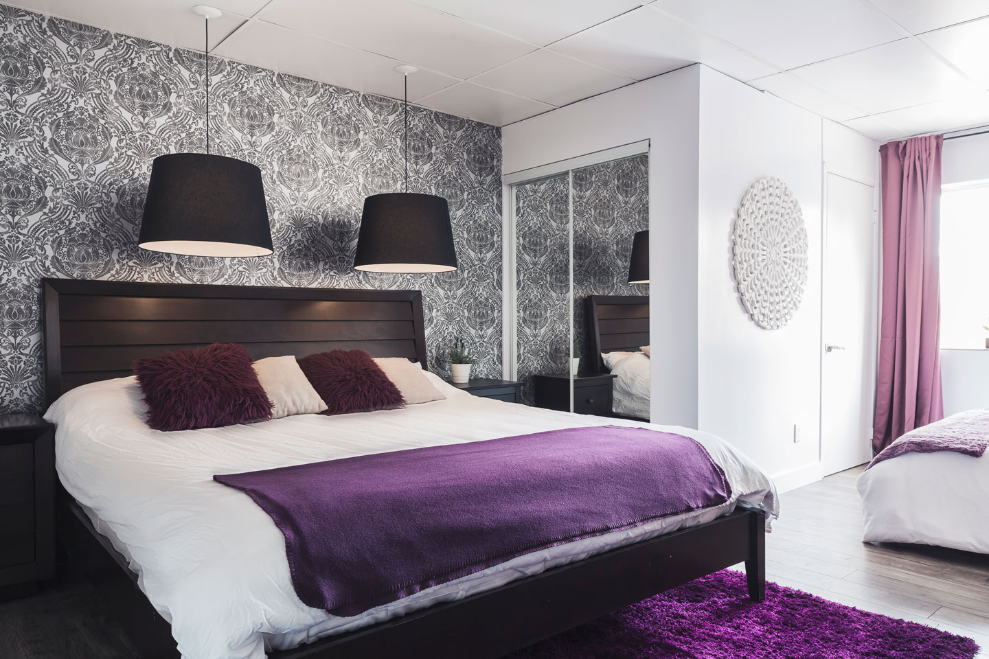 Entertainer: bedroom with king bed and memory foam mattress