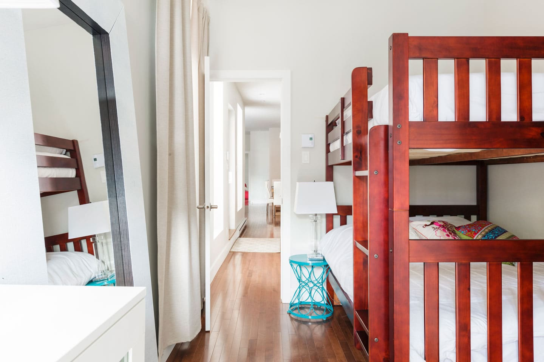 Fabfour: chambre avec grands lits superposés et matelas confortables en mousse mémoire