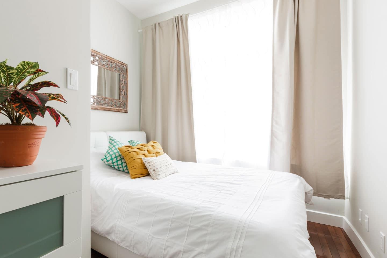 Fabfour: chambre lumineuse avec lit queen et matelas confortable en mousse mémoire