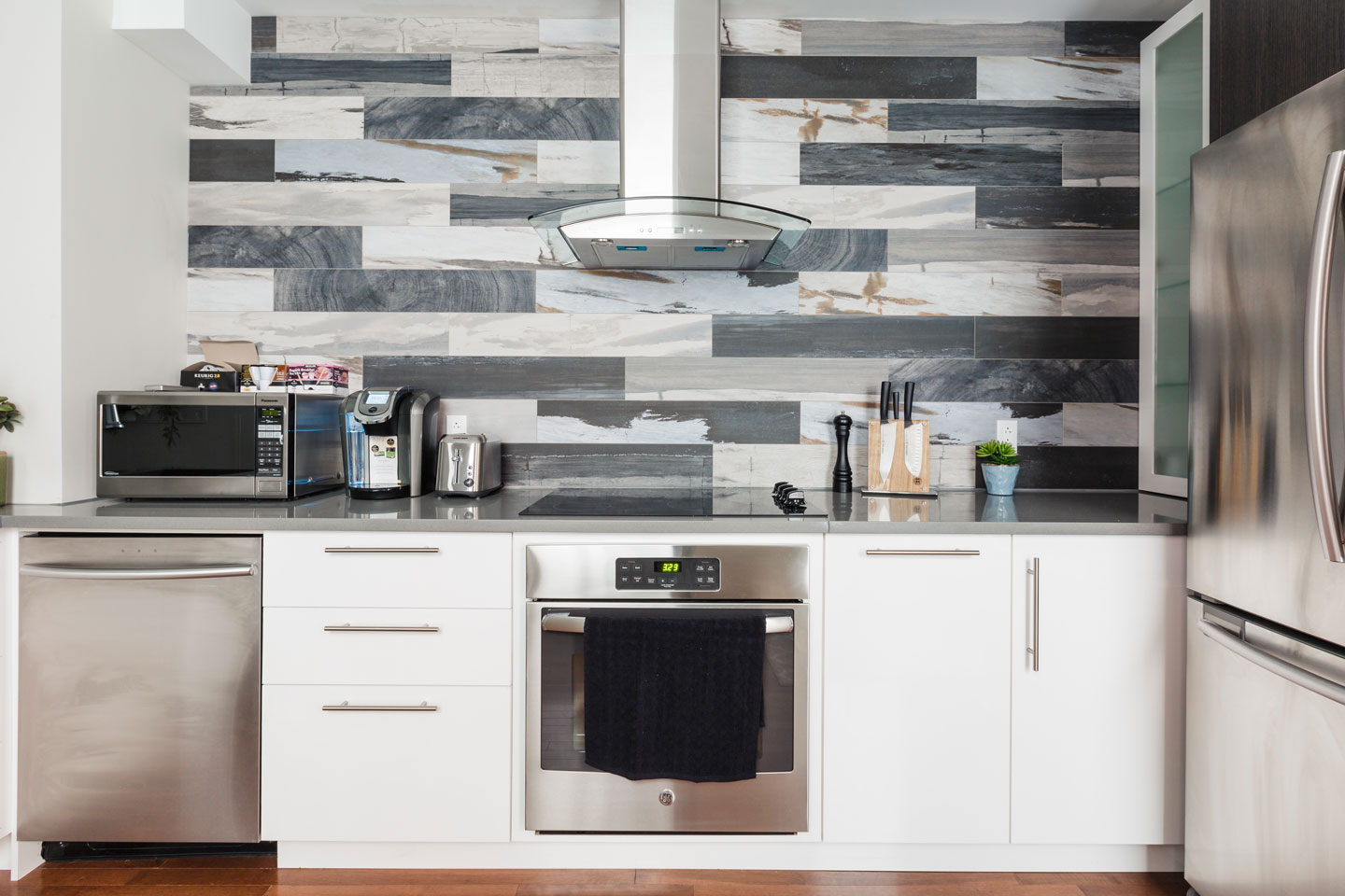 Fabfour: kitchen with stainless steel appliances