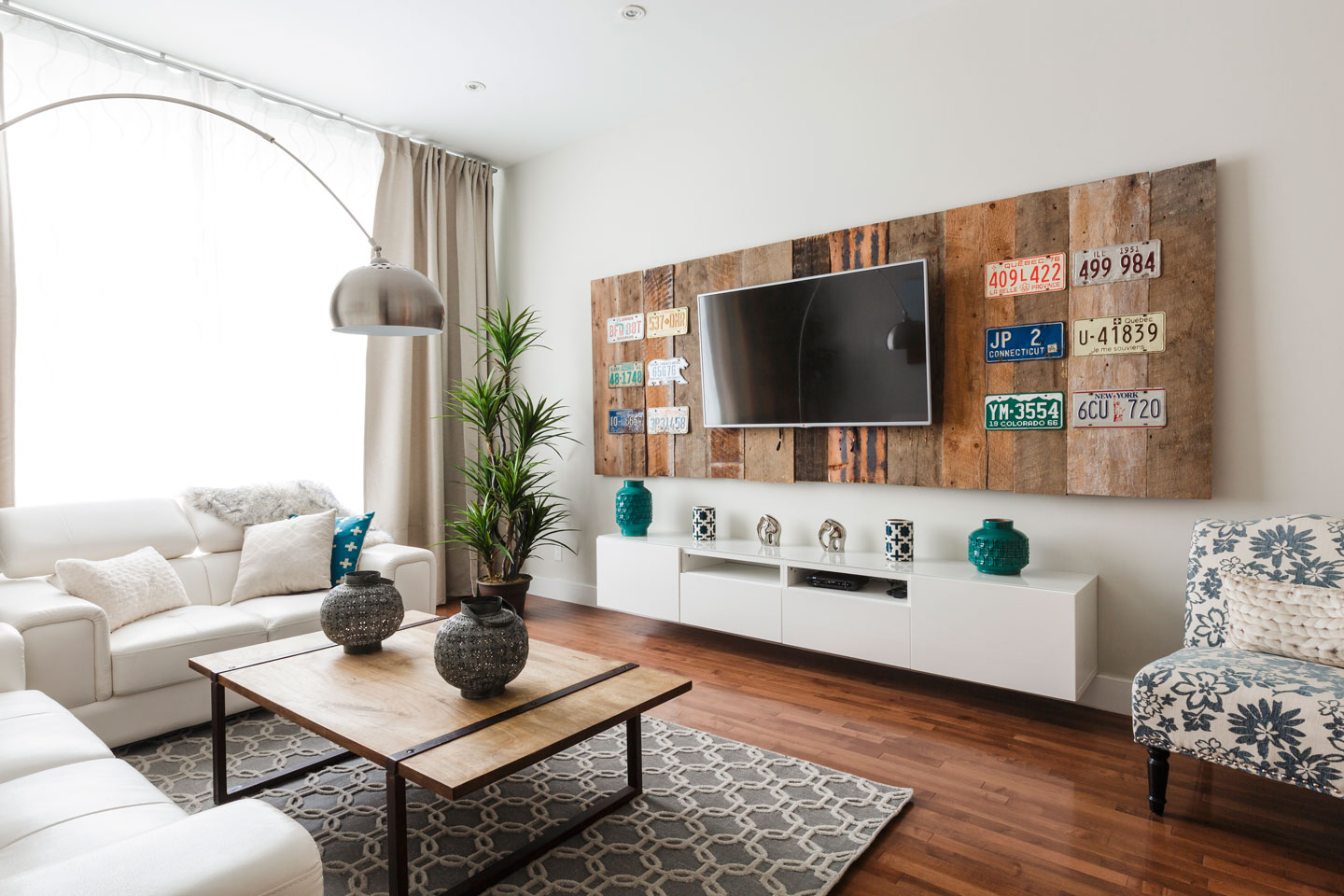 Fabfour: wide living room with HD TV, cable, Netflix and free WiFi