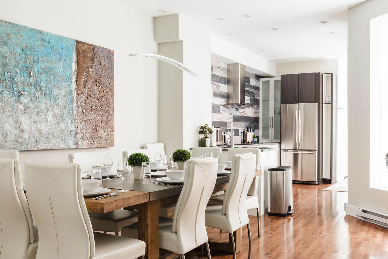 Fabfour: salle à manger ouverte sur cuisine avec table pour 12 personnes
