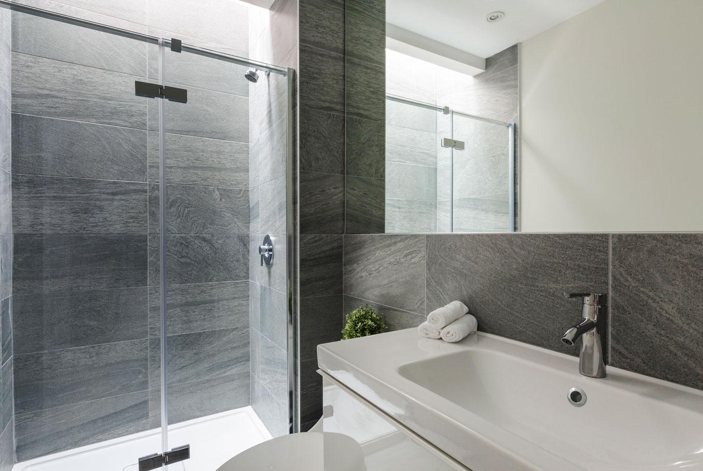 Fabfour: salle de bain avec puit de lumière et douche italienne
