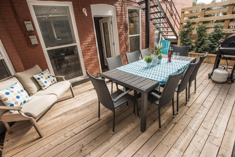 Fabfour: terrasse avec mobilier extérieur et barbecue