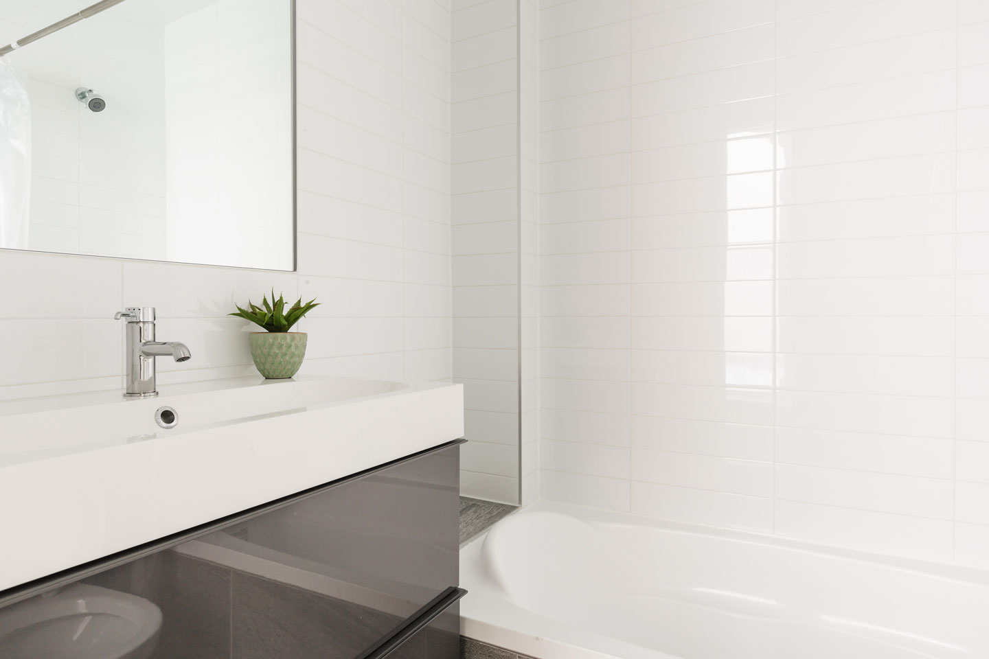 Fabfour: second bathroom with combined shower and tub