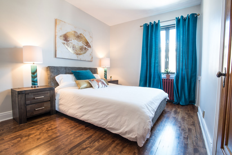 Golden kiss: bedroom with queen bed and comfortable memory foam mattress