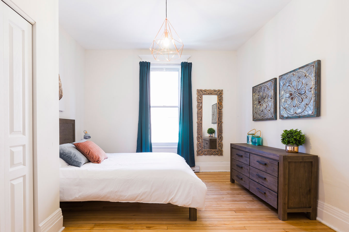 Chic Laurier #2: bedroom with queen bed and comfortable memory foam mattress