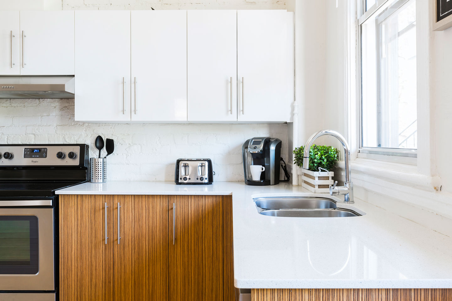 Chic Laurier #2: spacious fully equipped kitchen with Keurig coffee machine
