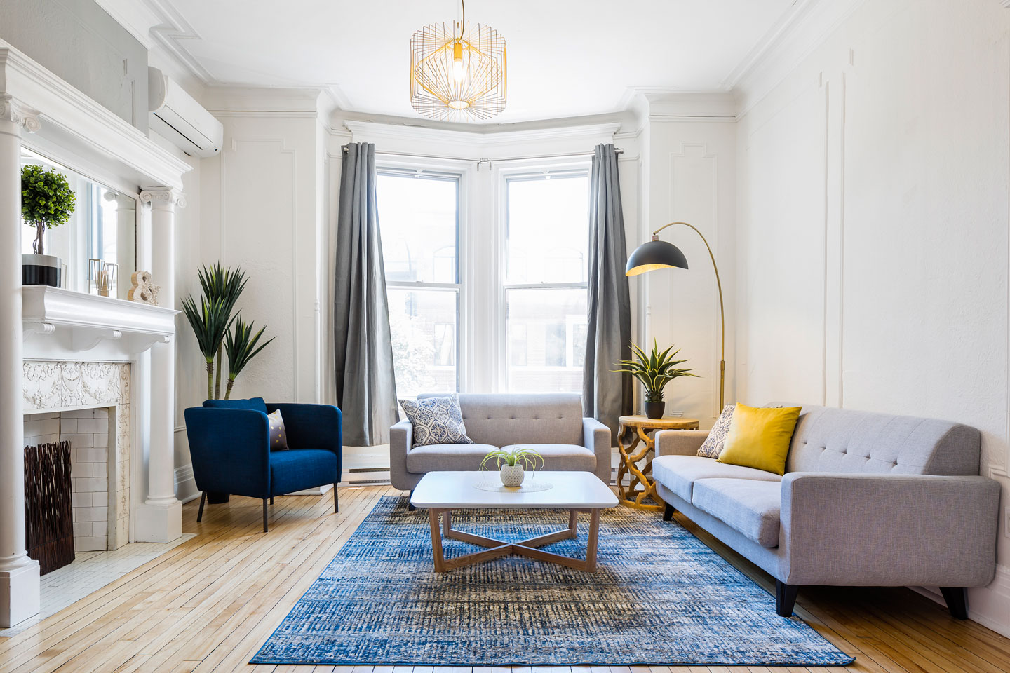Chic Laurier #2: luminous living room with architectural details