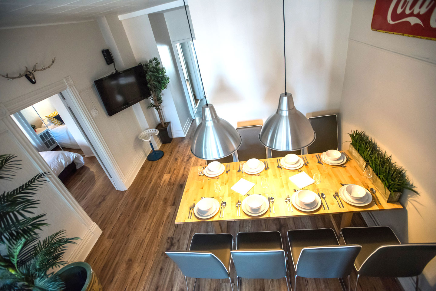 Mtl Zoo: dining room with HD TV, cable, Netflix and free WiFi