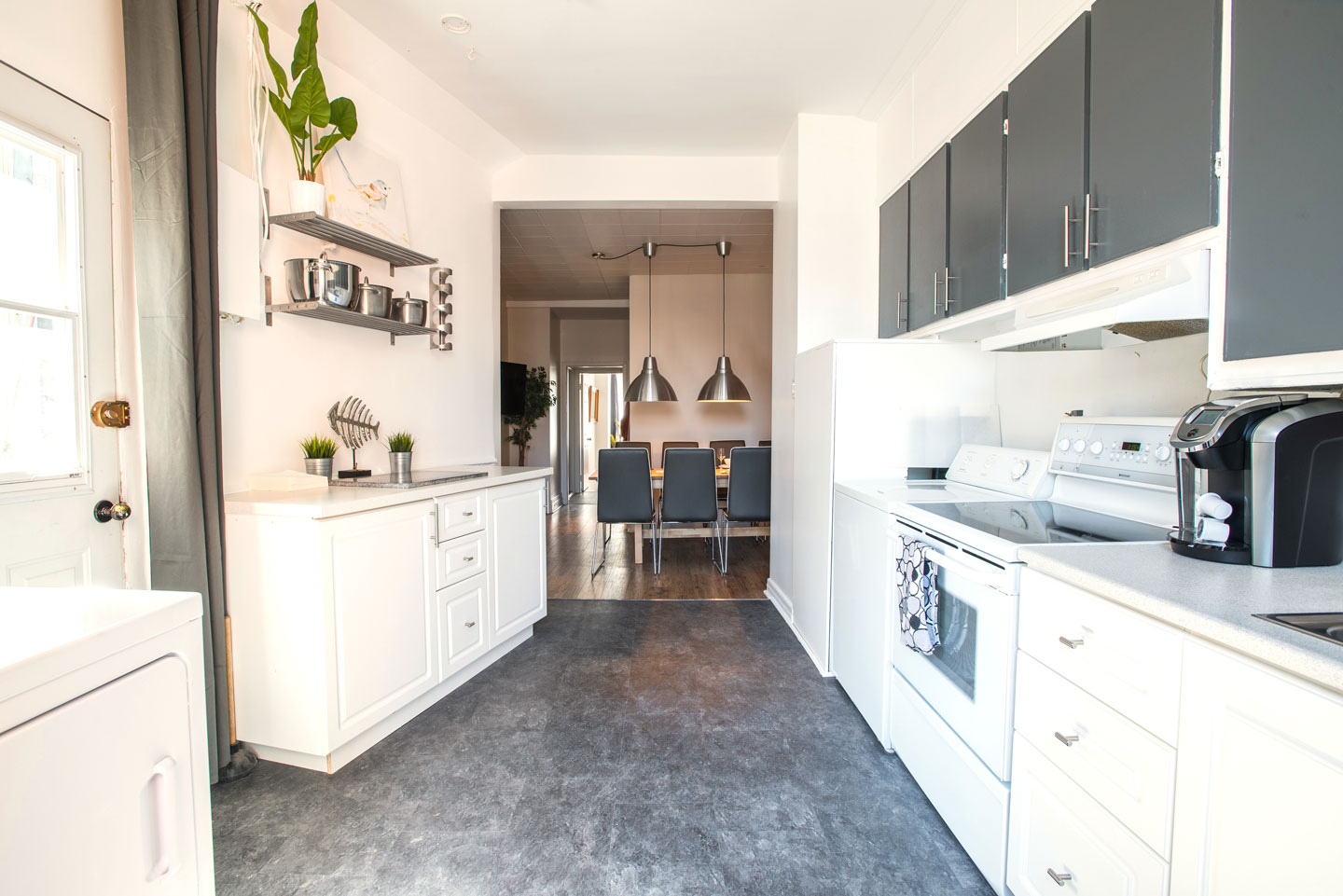 Mtl Zoo: fully equipped kitchen with washer and dryer