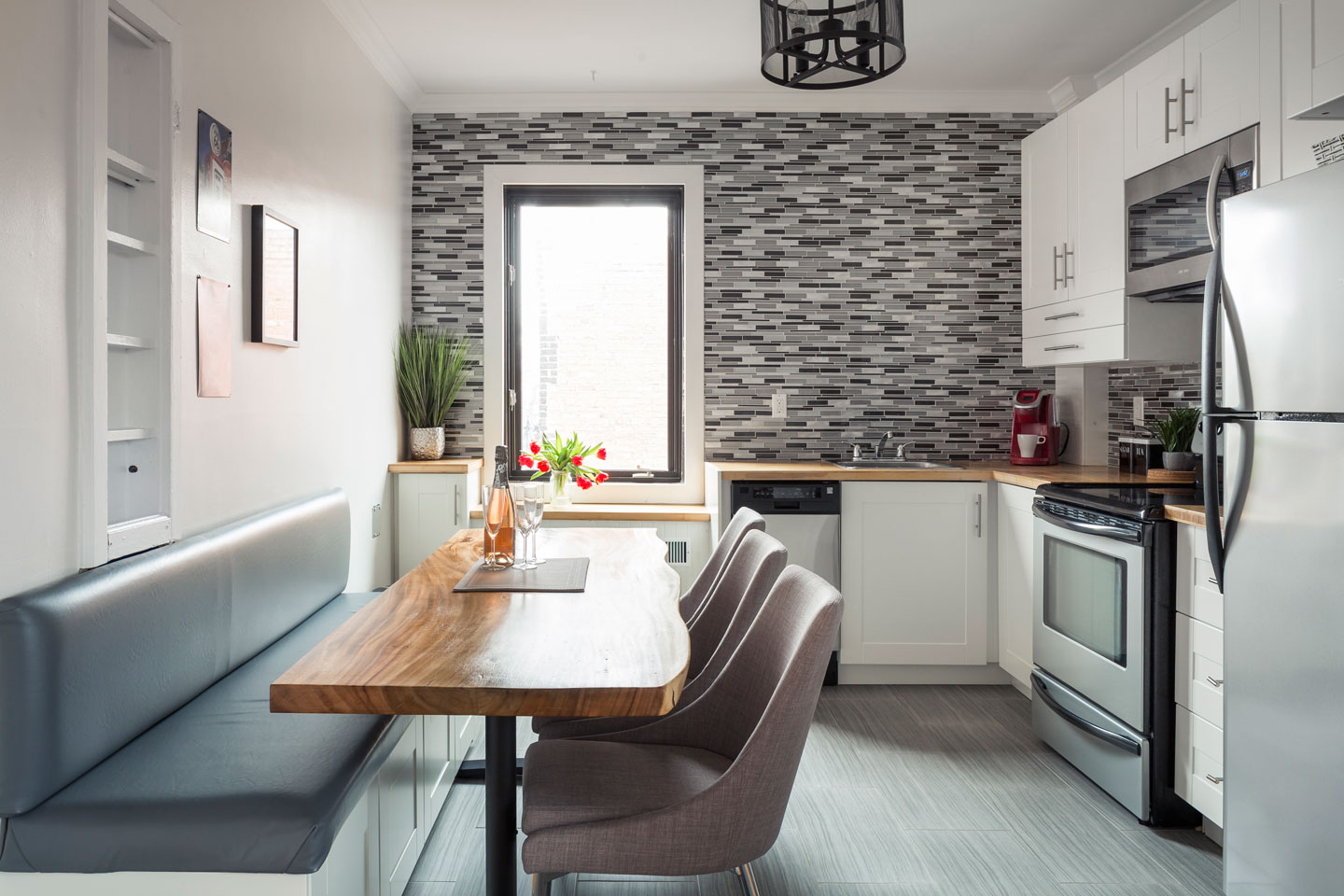 """Scandinavian kiss: dining area with acacia wood table and homemade """"banquette"""""""