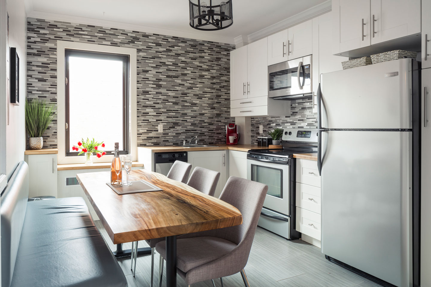 Scandinavian kiss: fully equipped kitchen with dishwasher and dining area