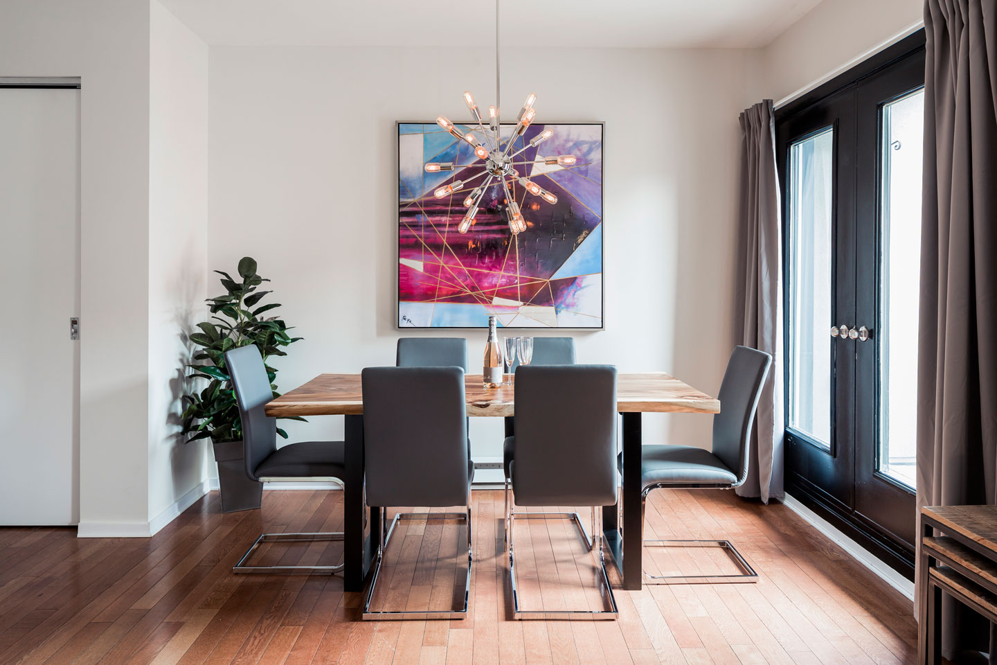Suite 101: dining room with acacia table