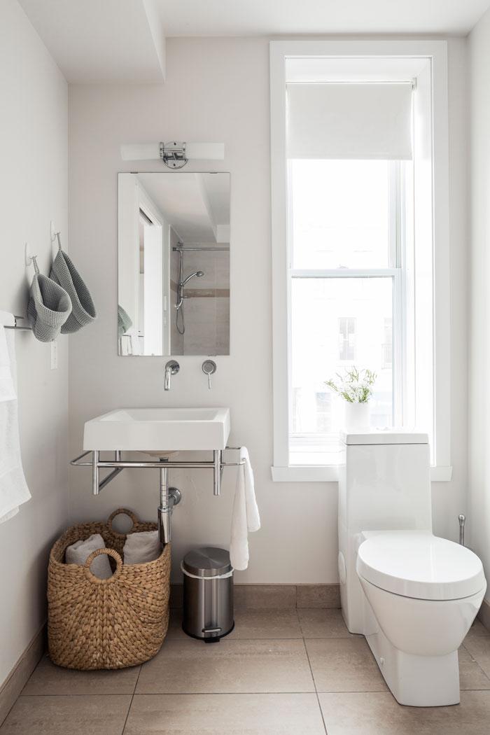 Suite 101: full bathroom