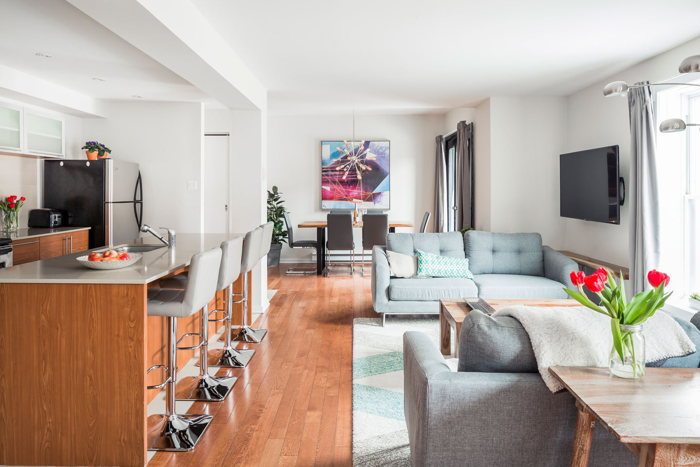 Suite 101: living room with HD TV, cable, Netflix and free WiFi