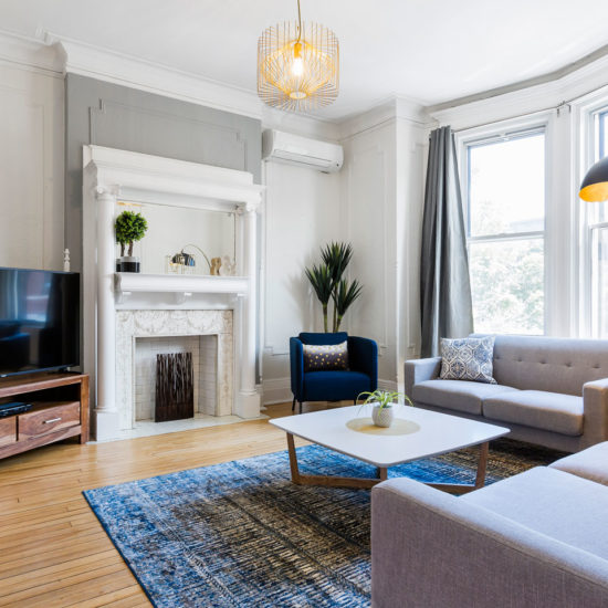 Chic Laurier #2: luminous and spacious living room with fireplace
