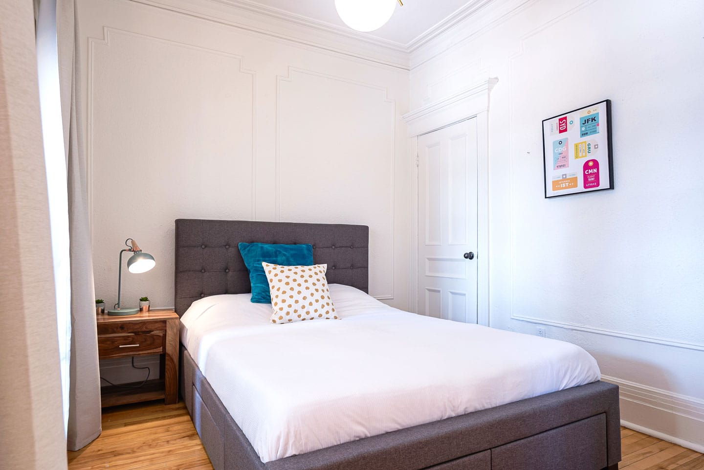 Chic Laurier : bedroom with queen bed and memory foam mattress
